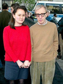 31 yaş küçük  evlatlığıyla evlendi Sıradışı yönetmen ve müzisyen Woody Allen sadece son 25 yılın değil belki de yüzyılın skandallarından birine imza attı. Eşi Mia Farrow'un evlatlığı Soon Yi- Previn ile aşk dedikoları ilk ortaya çıktığında bu uzun süre konuşulmuştu. Allen sonunda 31 yaş küçük Soon Yi ile aşk dedikodularını doğruladı. Üstelik onunla evlendi. Çİft dünya evine girdiğinde Allen 56 , Soon Yi 21 yaşındaydı.